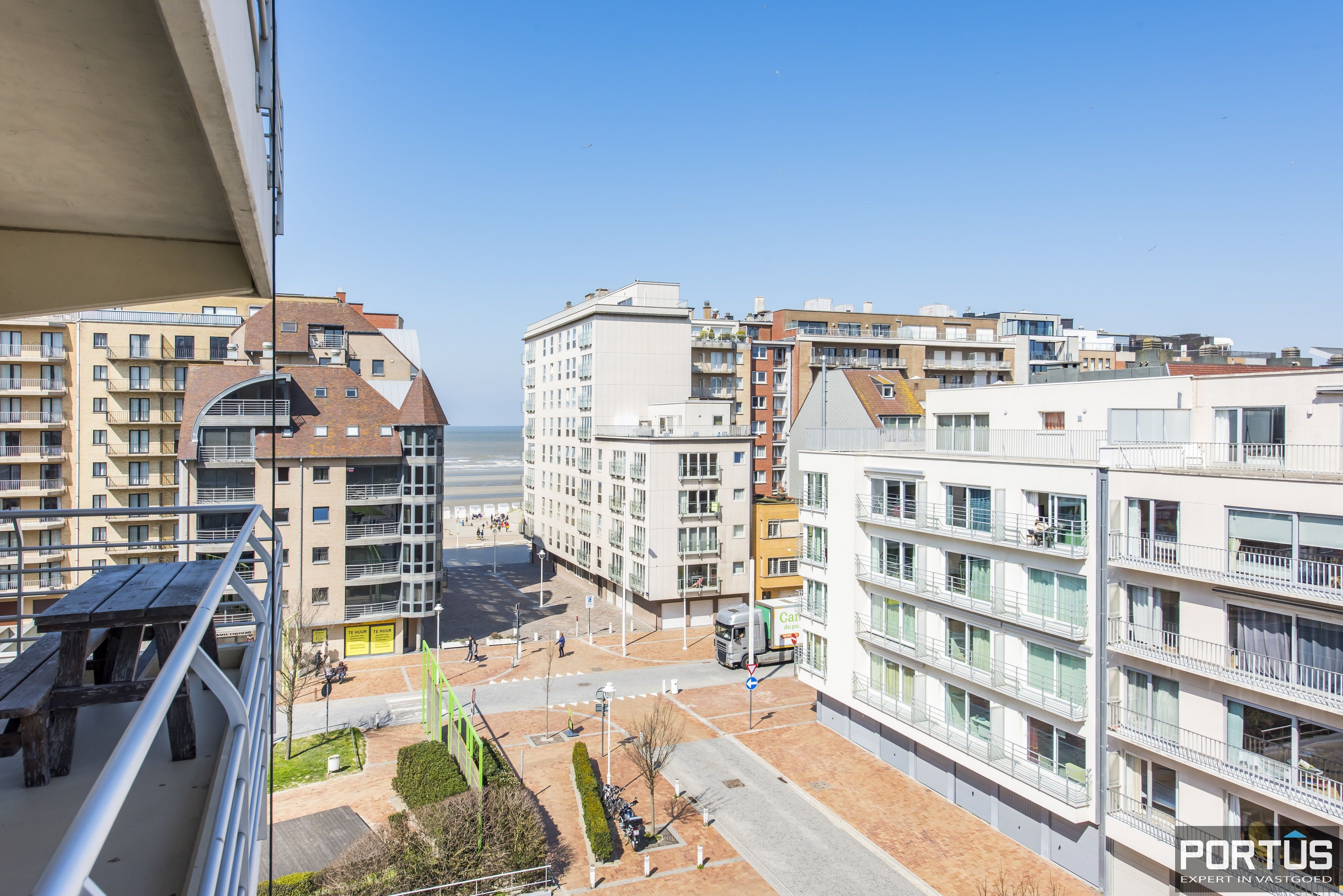 Instapklaar 1 slaapkamer appartement met ruim terras met zijdelings zeezicht te koop - 9551