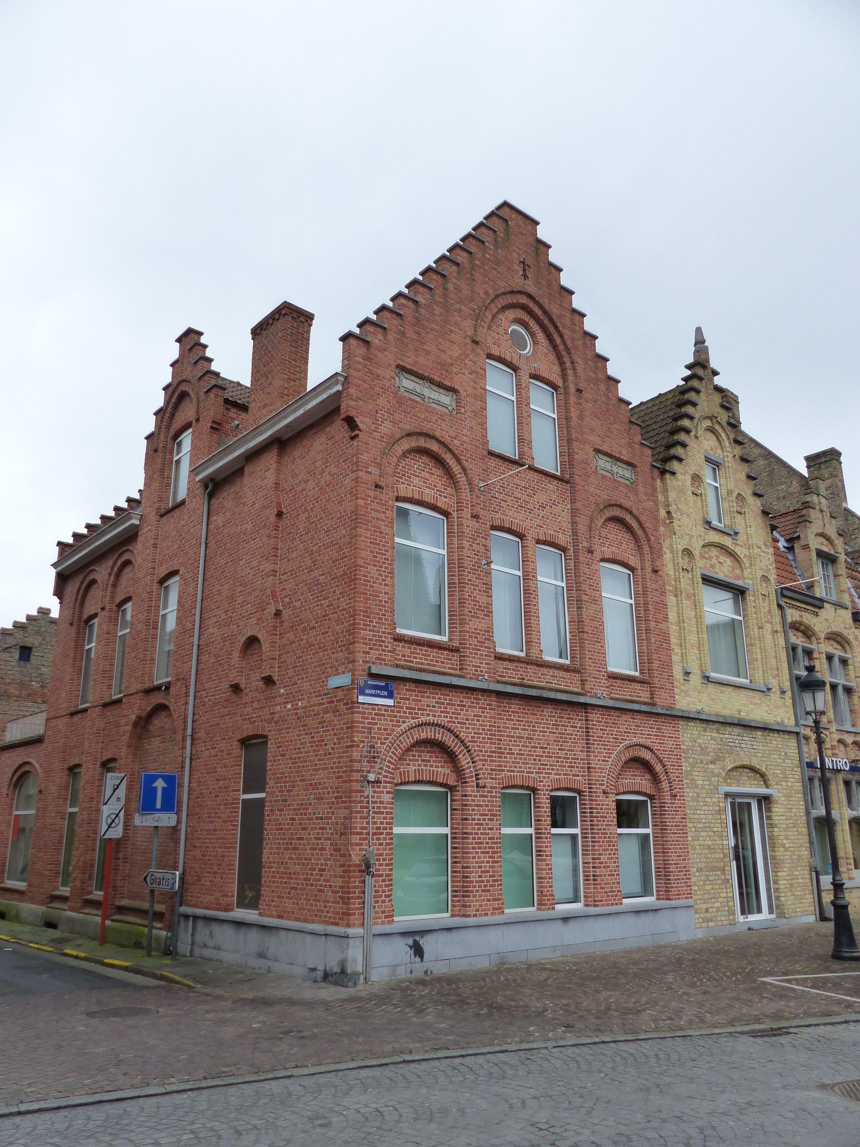 Handelsgelijkvloers met kelder te koop Marktplein Nieuwpoort