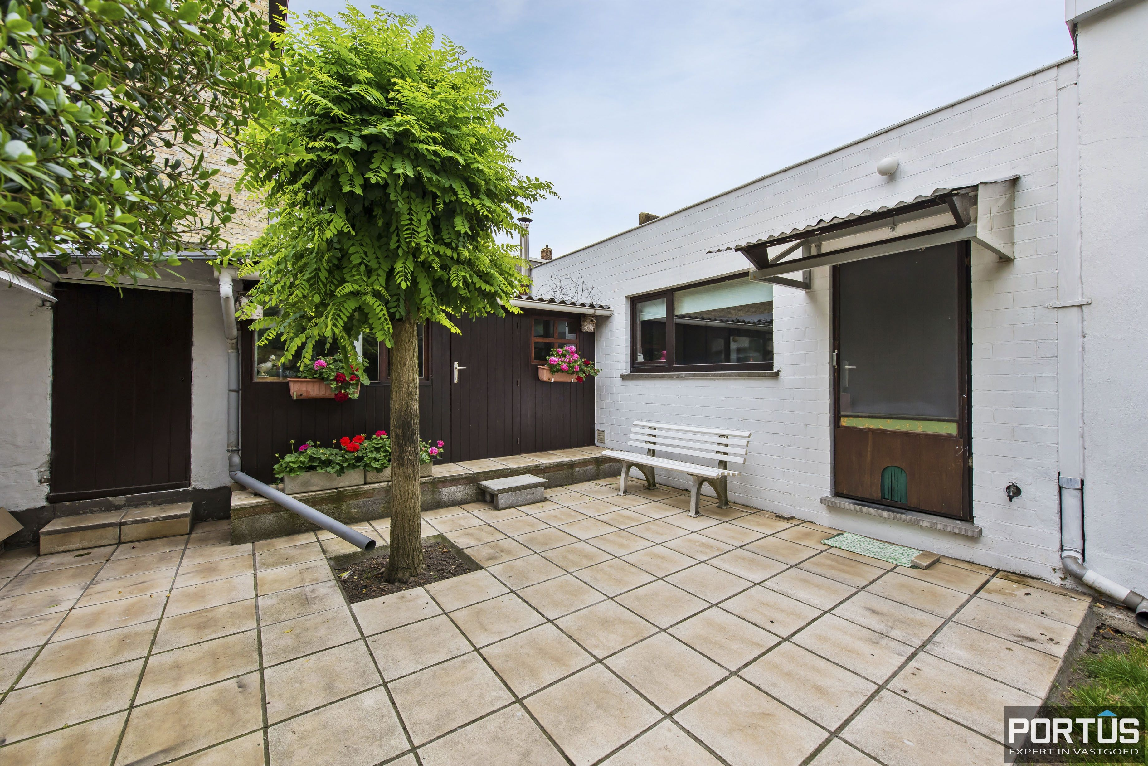 Woning te koop te Nieuwpoort met 7 slaapkamers en 4 garages - 8465